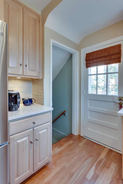 11 - 5927 Beech Avenue Kitchen