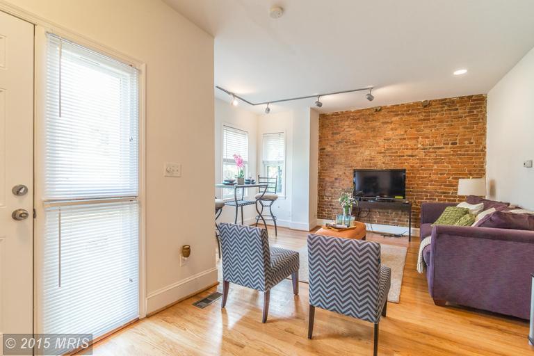 DC8643588 - Lower Unit Living Room